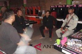 Satpol PP Bangka razia gamezone dan karaoke
