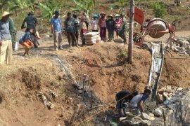 TNI dan warga gotong-royong dalam Pra TMMD