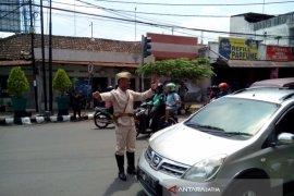 Atur Lalu Lintas, Polisi Kediri Mengenakan Pakaian Pejuang (Video)