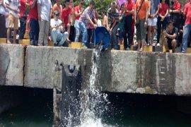"""Umat Buddha gelar ritual """"Pelepasan Ikan"""" di Bali"""