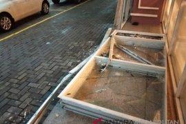 Hujan ekstrim, plafon kaca Rumah Sakit Mulia pecah