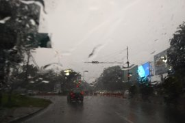 Hujan dan angin kencang mendera kaki Gunung Rinjani
