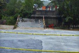 Akses warga 5 desa Tasikmalaya terputus akibat jembatan roboh