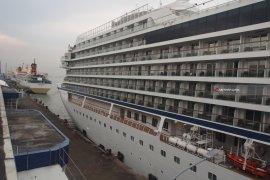 Ratusan Wisatawan Turun dari MS Viking Orion di Pelabuhan Tanjung Perak