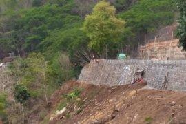 Pembangunan Tembok Penahan Tebing di Trenggalek Terkendala Hujan