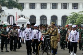 """Presiden berdandan ala pejuang kemerdekaan saat """"gowes"""" sepeda"""