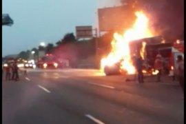 Tronton bermuatan kertas terbakar di Tol Jakarta-Cikampek