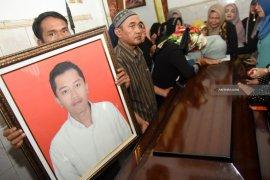 Keluarga Kebumikan Deryl di Samping Makam Kakeknya (Video)