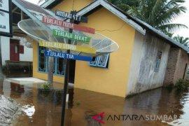 Sungai Antokan Agam meluap, genang rumah penduduk