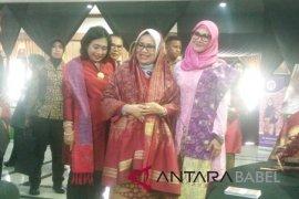 Mufida Jusuf Kalla mengagumi kerajinan tenun cual Bangka Belitung
