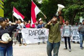 Demo Tuntut Transparansi, Mahasiswa Unej Berikan Rapor Merah ke Rektor (Video)