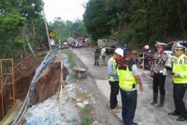 Jalur Gentong terdampak longsor mulai diperkeras