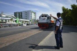 Risma Resmikan Perlintasan Kereta Api Depan RSI Surabaya
