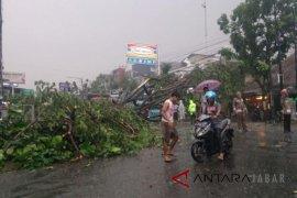 Jalur Bandung-Cianjur terputus lagi di lokasi Desa Bojong , akibat ini