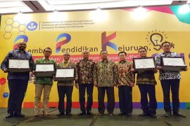 Mendikbud Beri Penghargaan Kepada Alfamart Karena Membantu Tekan Pengangguran