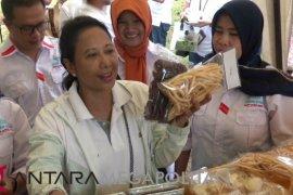 Menteri Rini Soemarno memborong produk UKM Sukajaya Sukabumi