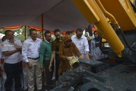 Pemkot Surabaya Terima Hibah Ekskavator dan Dump Truck dari Bank Mandiri