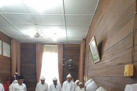 Presiden Jokowi terima sorban dari Tuan Guru Syekh Haji Hasyim Al Sarwani