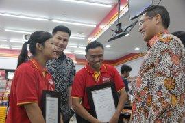 Alfamart Berikan Penghargaan Kepada Karyawan Penyandang Disabilitas