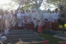 Ibu Negara  Iriana Joko Widodo ziarahi makam tiga istri mantan wapres