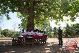 Prajurit TNI mendongeng untuk murid sekolah di perbatasan
