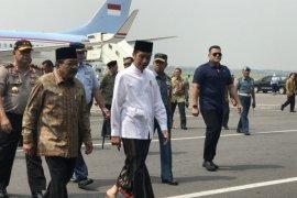 Presiden berkoko dan sarung saat kunjungi Jawa Timur