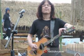 Gitaris Mr D Semarakkan Festival Dermaga di Wisata Kampung Kerapu Situbondo