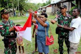 Warga perbatasan Papua serahkan puluhan amunisi kepada TNI