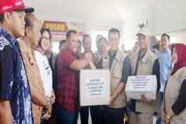 Menteri Dalam Negeri Memberikan Bantuan Korban Tsunami Di Lampung