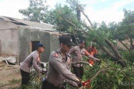 Tim gabungan Cirebon bersihkan rumah terdampak puting beliung