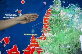Perhimpunan Tionghoa Kalbar dan Telkomsel bantu korban tsunami di Pandeglang