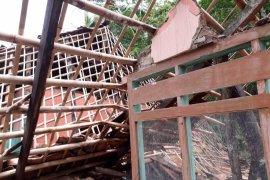 Madrasah Al Khairiyah Ambruk Diterjang Hujan Angin