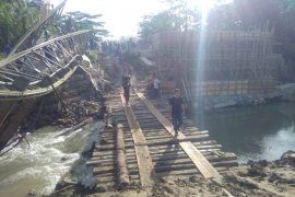 TNI dan Polri bangun jembatan darurat pengganti jembatan ambruk di Nias