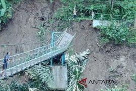 Jembatan gantung di Cidaun Cianjur putus, ratusan pelajar terpaksa libur sekolah