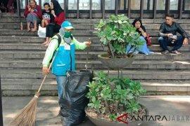 640 petugas bersihkan sampah sisa perayaan Tahun Baru di Kota Bandung