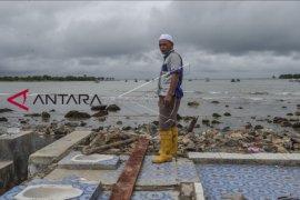 Waspada dan hindari pesisir pantai radius 1 kilometer