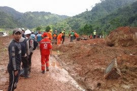 Tim evakuasi longsor Sinaresmi temukan dua korban