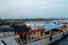 Sejumlah Kapal Pengangkut Sembako Rute Banyuwangi-Sapeken Tertahan Cuaca Ekstrem (Video)