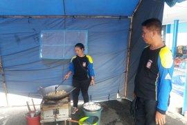 Dinsos Banyuwangi Dirikan Dapur Umum untuk Calon Penumpang Kapal Telantar (Video)