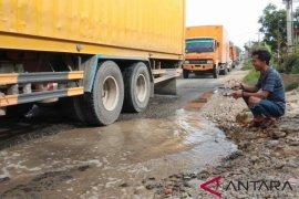 "Protes jalan rusak, warga Labusel ""memancing"" di jalan lintas Sumatera-Riau"