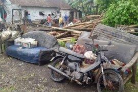 Satu Rumah Roboh Akibat Diterjang Angin Kencang di Kabupaten Malang