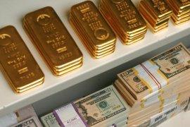 Harga emas naik tipis, dolar dan saham melemah