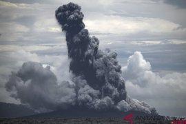 Gunung Anak Krakatau erupsi menyemburkan kolom abu setinggi 1.000 meter