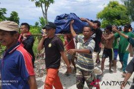 Regu penyelamat evakuasi jasad nelayan Toyando