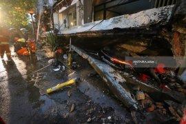 Hujan Disertai Angin Terjang Kota Surabaya (Video)
