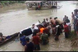 Lima korban ditemukan meninggal dalam mobil tercebur ke sungai