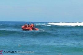 Dua warga Manokwari terombang ambing di laut, satu tewas