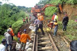 Jalur KA Pangrango Bogor-Sukabumi longsor