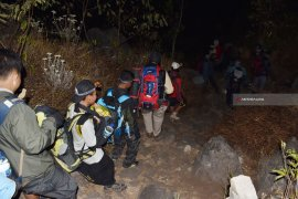 Pencarian Pendaki Gunung Lawu Dihentikan Sementara Akibat Cuaca