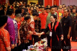 Jokowi terima potongan tumpeng pertama dari Megawati